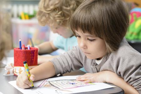 ni�os con l�pices: Dos ni�os de dibujo en el jard�n de infantes