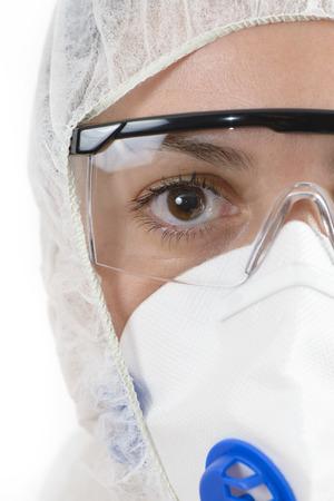 riesgo biologico: Científico vistiendo traje de protección aislado en blanco