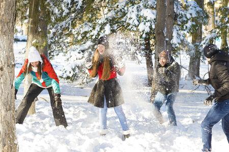 palle di neve: Un gruppo di giovani che giocano nella neve