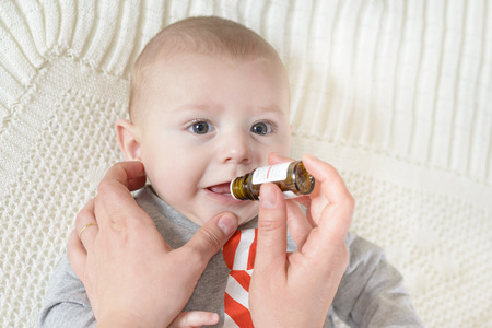 Lindo bebé consigue la medicina de un frasquito