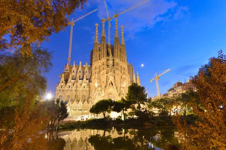 familia en la iglesia: Lapso de tiempo de la Sagrada Familia, Barcelona, ??España Foto de archivo