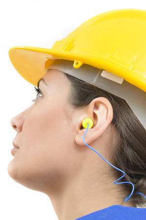 ruido: Una mujer que llevaba equipo de protección