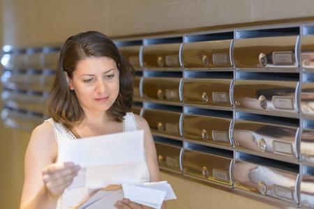 Belle femme lecture correspondance Banque d'images - 78995159