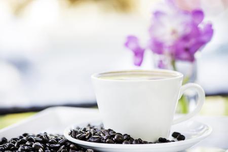 Taza de café caliente con frijoles. Foto de archivo - 78168331