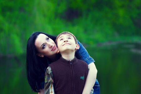 madre e hijo: madre con su hijo mirando hacia arriba Foto de archivo