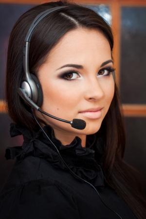 hotline: mooi meisje met een hoofdtelefoon te kijken naar de camera Stockfoto