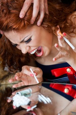 túladagolás: Közeli portré egy lány a drogok használatát