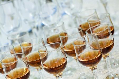 Eine Nahaufnahme von einigen Klassen mit alkoholischen Getränken Standard-Bild - 16235338