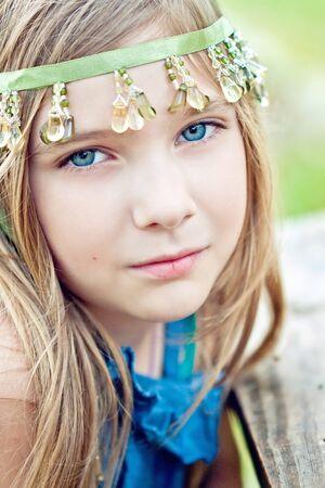 Portret van een blode meisje buiten in het park
