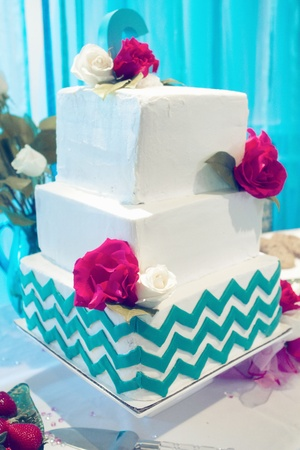 Wedding cake with floral decorations teal and ivory Standard-Bild
