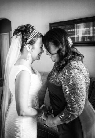 행복 한 순간을 보내고 신부와 그녀의 어머니 스톡 콘텐츠