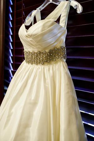 Nahaufnahme des Brautkleid und zeigt die Details Standard-Bild - 42768036