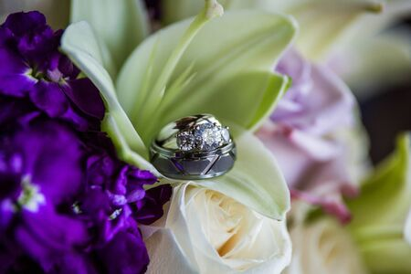 Wedding ring bands inside a lillie flowers Standard-Bild