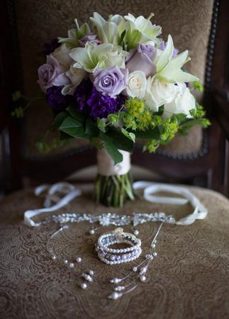 Lila und weißer Brautstrauß auf einem braunen Hintergrund Standard-Bild - 72057478