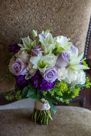 Lila und weißer Brautstrauß auf einem braunen Hintergrund Standard-Bild - 72057479