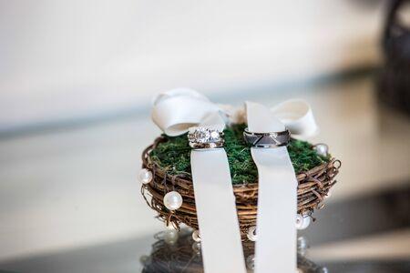 Hochzeitsringbänder an einem rustikalen Ringhalter Standard-Bild - 72057483