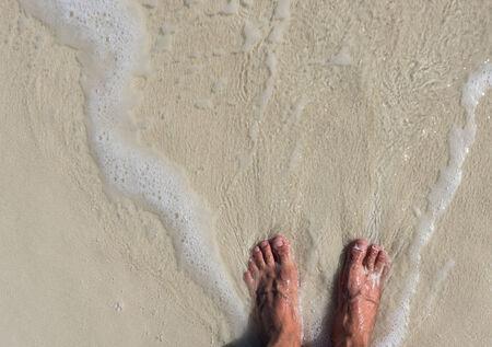 uñas pintadas: pies refrescante en la playa