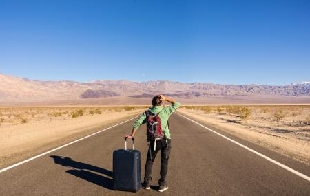 Single man alleen te lopen in de woestijn