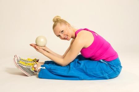 warm up: Giovane fitness trainer streching corpo per riscaldarsi Archivio Fotografico
