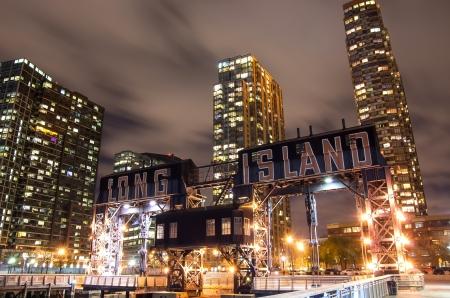 ロングアイランドのピアとニューヨークのスカイライン