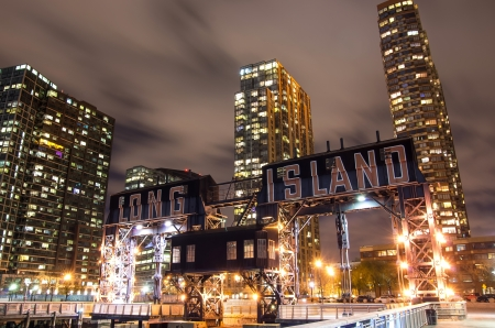 new york notte: Long Island molo e skyline di New York