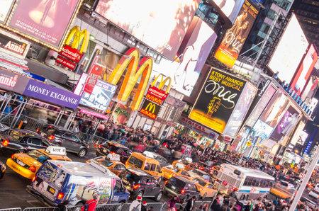 new york times square: NUEVA YORK - 21 de diciembre 2013 la vida nocturna en Times Square, Nueva York Times Square es la atracci�n tur�stica m�s visitada del mundo, con m�s de 39 millones de visitantes al a�o
