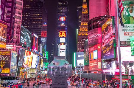 new york times square: NUEVA YORK - 22 de noviembre 2013 en Times Square por la noche, Nueva York Times Square es un s�mbolo de la ciudad de Nueva York y los Estados Unidos Editorial