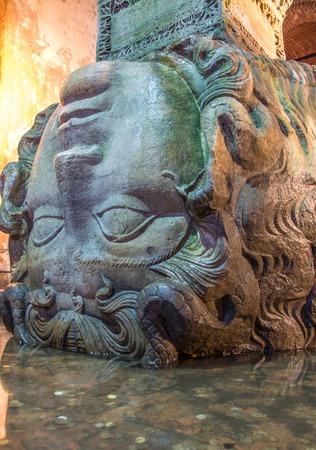 cisterna: Escultura de la cabeza de Medusa utilizado como base una columna en la Basílica Cisterna Cisterna de Yerebatan, Estambul Foto de archivo