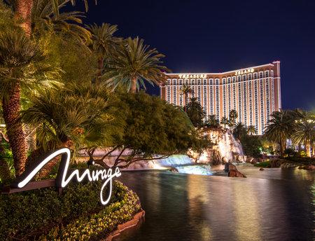 schateiland: LAS VEGAS - 6 december 2013: de Mirage en Treasure Island casino, Las Vegas.The Mirage geopend in 1989, en heeft 2.884 kamers en een casino met 100.000 vierkante meter aan gaming ruimte.