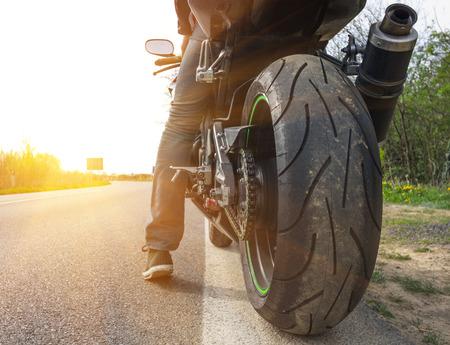 通りの側面にバイク
