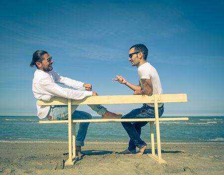 boda gay: amigos en la playa