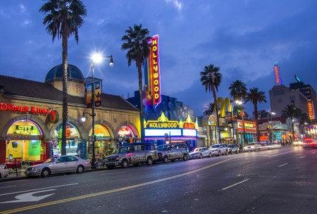 LOS ANGELES - 18 de diciembre de 2013: Vista de Hollywood Boulevard por la noche. En 1958, el Paseo de la Fama fue creado en esta calle como un homenaje a los artistas que trabajan en la industria del entretenimiento.