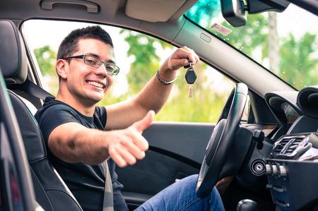Hombre feliz en su coche Foto de archivo - 28094742