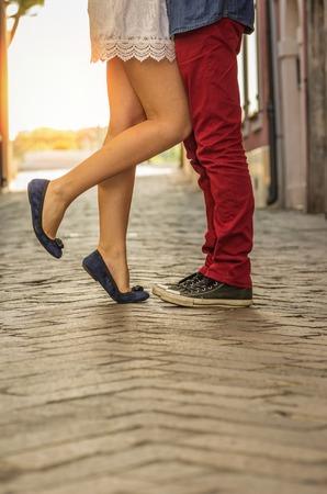 Paar zoenen buitenshuis - dichtbij op de voeten Stockfoto