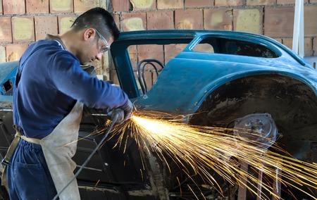 Homme travaillant sur le corps de la voiture Banque d'images - 28578593
