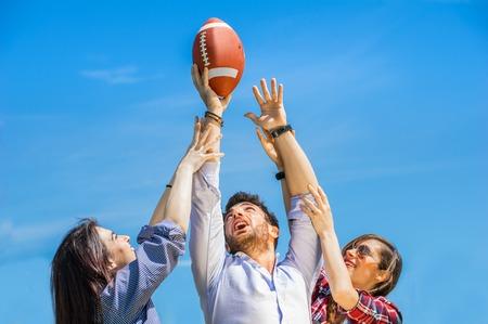 Deux jeunes femmes essayant d'attraper un ballon de fotball américain Banque d'images - 28603966