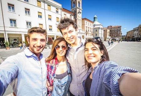 tourist vacation: Gruppo di amici di prendere una selfie