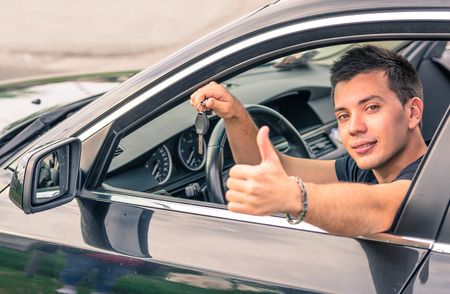 man zat in zijn auto Stockfoto