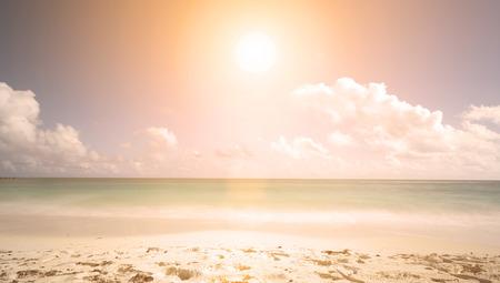 열 대 해변에서 일몰