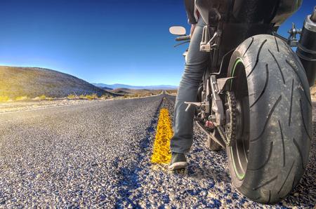 motociclista: Camino que cruza el Valle de la Muerte