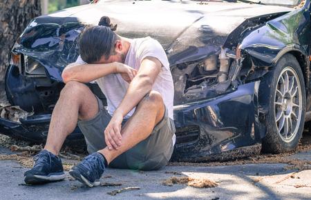 borracho: Hombre triste llorando después de accidente de coche