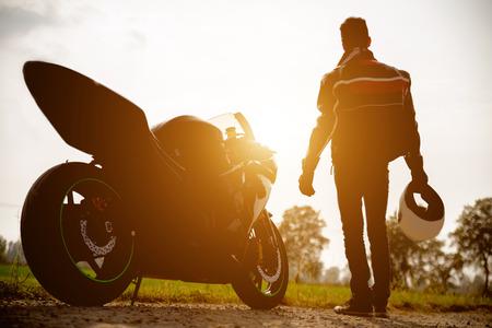 バイクとバイクのシルエット