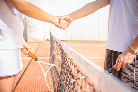 テニスコート - 作動、尊敬、フェアプレー、スポーツ コンセプトは握手で 写真素材