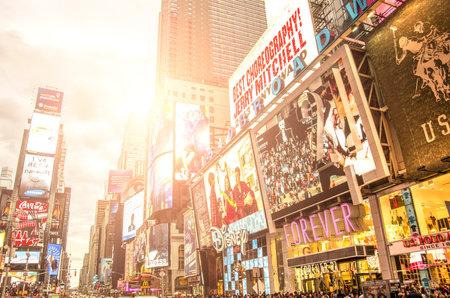 NEW YORK - 22 december 2013: Times Square neon uithangborden, New York.Times plein is een symbool van New York City en de Verenigde Staten