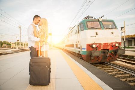 pareja besandose: Beso en la estación de tren