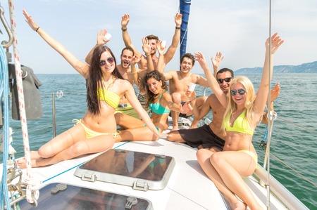voile: Groupe d'amis sur un bateau ayant amusant Banque d'images