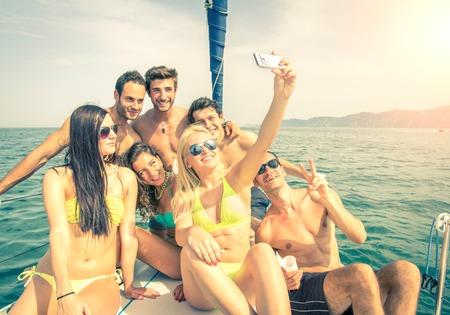 Selfie を取ってボートの友達のグループ