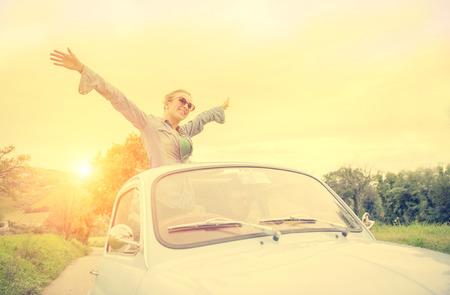 libertad: feliz pareja en el coche de la vendimia