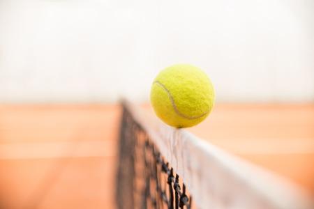raqueta tenis: Pelota de tenis que golpea la red