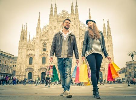 販売 - 魅力的な男性と女性の買い物袋を保持していると楽しい - 秋の間に購入のカップルと冬気分 写真素材